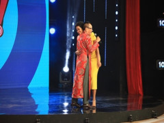 """Lại Văn Sâm ôm chặt Hoa hậu H'Hen Niê trên sân khấu """"Ký ức vui vẻ"""""""