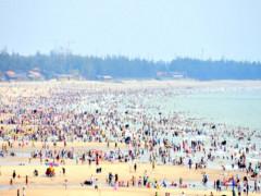 Hàng trăm nghìn người đổ xô đi tắm biển Vũng Tàu dịp Tết