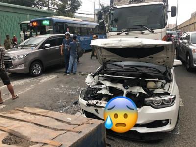 Quận 12: Tông xe dây chuyền trên Quốc lộ 1A, BMW bị kẹp giữa xe đầu kéo và xe tải