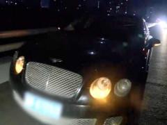 Xe Bentley, Land Rover và Audi nằm la liệt chờ cứu hộ đến giải quyết sau khi bị sập