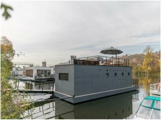 """Trải nghiệm sống """"giang hồ"""" sang chảnh trong nhà thuyền tiền chế trên sông"""