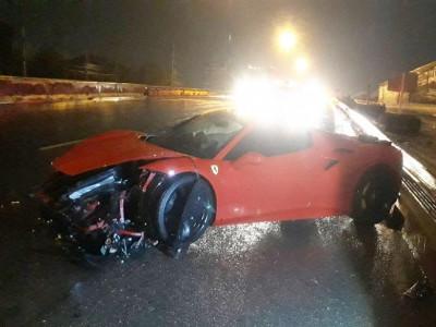 Tăng tốc đột ngột trên đường trơn trượt, siêu xe Ferrari 488 Spider hư hỏng nặng đầu xe