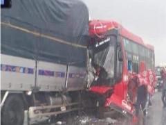 Tai nạn kinh hoàng giữa 2 ô tô cỡ lớn khiến 16 người thương vong tại Nghệ An