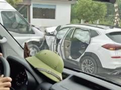Quảng Ninh: Bị ô tô khách tông trực diện, Hyundai Tucson bung túi khí phủ kín cửa sổ