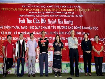 Mẹ Huỳnh Tiểu Hương đã trao quà cho đồng bào dân  tọc khó khăn tỉnh Gia Lai