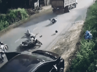 Video tài xế ô tô mở cửa bất cẩn khiến 2 người đi xe máy bị hất văng ra giữa đường tại Đồng Nai
