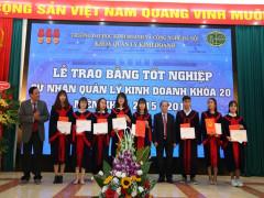 Lễ trao bằng tốt nghiệp cho sinh viên khóa 20  chuyên ngành Quản trị Kinh doanh