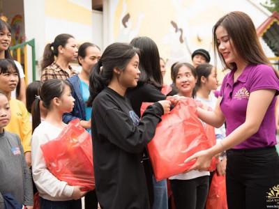 Thí sinh Hoa khôi Thủ đô chia sẻ tình thương với trẻ em làng SOS Hà Nội