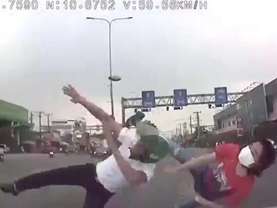 Video đôi nam nữ đi xe máy sang đường, bị ô tô tông văng tại Bình Dương khiến cư dân mạng tranh cãi