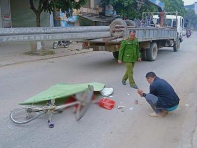 Video: Tránh xe máy, người phụ nữ đi xe đạp bị ô tô tải cán tử vong tại Cao Bằng