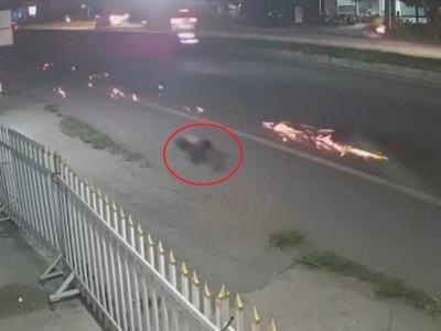 Video: Tông tử vong cụ bà, xe máy do nam thanh niên điều khiển trượt tóe lửa trên đường tại Vĩnh Long
