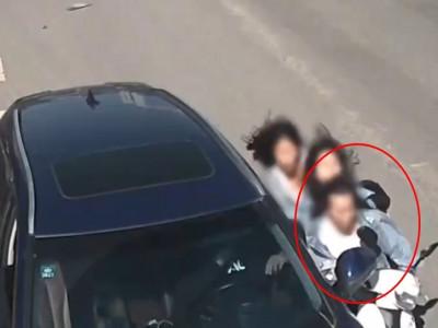 Cô gái điều khiển xe máy kẹp 3 đập mặt vào gương chiếu hậu ô tô đỗ bên đường