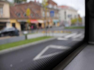 Đây là lý do tại sao cửa sổ xe ô tô có những chấm nhỏ màu đen