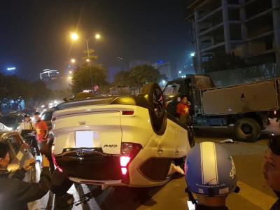 Hà Nội: Honda CR-V lật ngửa khi