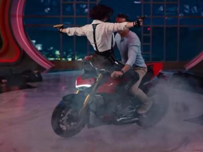 Deadpool biểu diễn drift Ducait Streetfighter V4 trong phim hài hành động mới