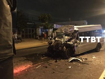 Bình Thuận: Ô tô khách 16 chỗ bẹp dúm sau khi tông đuôi xe tải, tài xế tử vong
