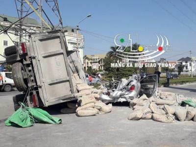 Ninh Bình: Ô tô tải chở xi măng lật nghiêng, đè trúng Toyota Wigo, 2 người thương vong