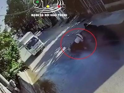 Video xe máy trượt vào ô tô tải, một học sinh bị thương nặng tại Phú Thọ