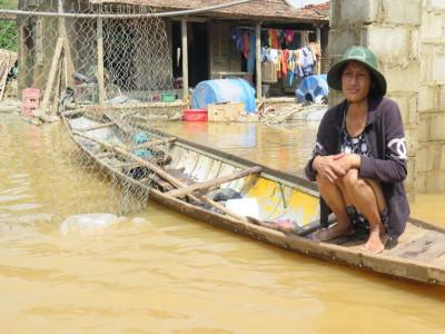 Miền Trung dốc sức khắc phục mưa lũ, đối phó bão số 8