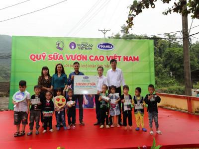Vinamilk mang sữa đến với trẻ em miền núi, thêm niềm vui tiếp sức đến trường