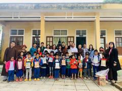 Công ty Cổ phần Tập đoàn Phúc Hà và Câu lạc bộ (CLB) Liên kết trẻ Việt Nam tặng hàng nghìn phần quà tới cá địa phương miền trung sau lũ