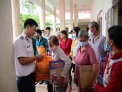 Đoàn Đặc nhiệm phòng chống ma túy số 3- Cảnh sát biển Việt Nam tặng quà cho bà con dân tộc, tôn giáo