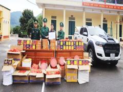 Bắt đối tượng dùng xe bán tải chở hơn 400kg pháo lậu  trên đường biên giới