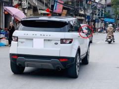 Hà Nội: Mùng 2 Tết, Range Rover Evoque lăn bánh trên đường với cặp gương trang điểm sặc sỡ
