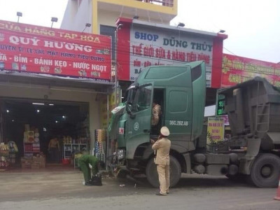 Video: Bất ngờ chạy sang đường, cháu bé bị xe ben tông tử vong tại Thanh Hóa
