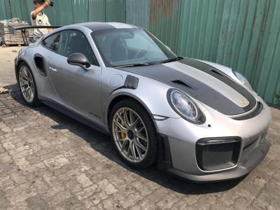 Cận cảnh siêu xe Porsche 911 GT2 RS mới về Việt Nam, đầy đủ đồ chơi, có tích hợp bình chữa cháy