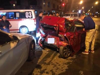 Video: Xe Mazda tông vào đuôi xe Kia Morning gây tai nạn liên hoàn tại Hà Nội