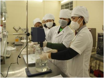 Khoa dược sản xuất dung dịch sát trùng tay phục vụ phòng chống dịch nCoV
