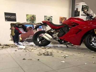 Chào thua những tên trộm cắt lỗ qua tường bê tông để ăn trộm Ducati Panigale V4 R giá hơn 920 triệu đồng