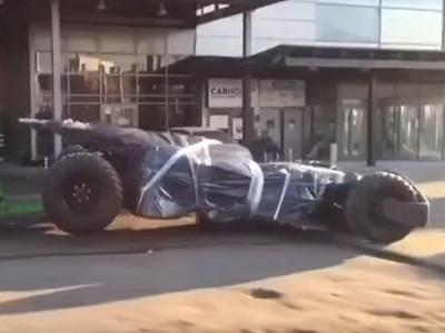 Không có biển số, xe Người Dơi Batmobile bị cảnh sát quấn lại và đưa về đồn