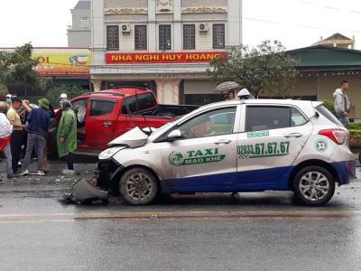Video: Taxi lao sang làn đường ngược chiều, đối đầu xe bán tải tại Quảng Ninh