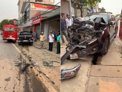 Sơn La: Xe bán tải Chevrolet Colorado vỡ nát đầu sau khi gây tai nạn liên hoàn cho 2 ô tô