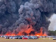 Kinh hoàng ngọn lửa lớn thiêu hủy hơn 3.500 chiếc xe cho thuê gần sân bay