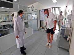 Bệnh nhân Anh cúi mình cảm ơn bác sĩ Quảng Nam