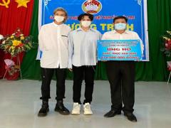 Trung Quân và Denis Đặng trao tặng 414 triệu  giúp bà con miền Tây vượt hạn mặn