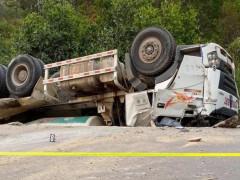 Thừa Thiên Huế: Xe bồn trộn bê tông lao xuống vực rồi lật ngửa, tài xế tử vong trong cabin
