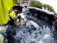 30 tấn kính rơi từ xe tải xuống ô tô con, 3 người trong một gia đình thoát chết
