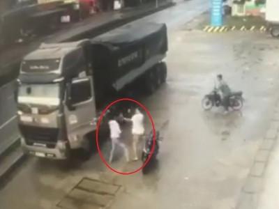 Video: Đi ngược chiều suýt gây tai nạn, tài xế xe container đánh nhau với người đi xe máy tại Quảng Trị