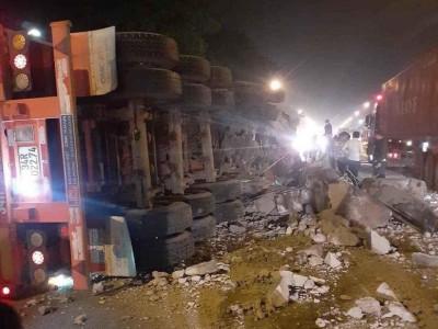 Video quay khoảnh khắc chiếc xe container cày nát dải phân cách rồi lật ngang tại Thanh Hóa