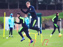 Ngoại hạng Anh cho phép cầu thủ tiếp xúc gần trên sân tập