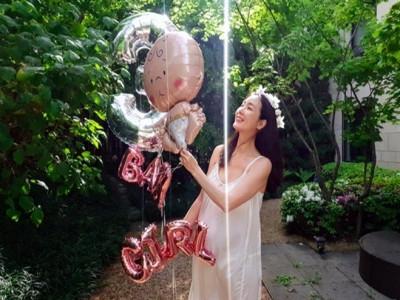 Choi Ji Woo sinh con gái