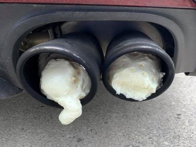 Xịt đầy keo bọt nở vào 2 ống xả độ trên chiếc Ford Mustang của nhà hàng xóm vì không chịu được tiếng pô