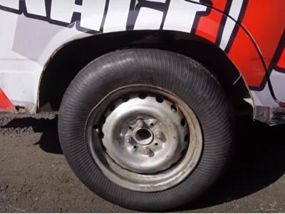 Thử nghiệm này chứng tỏ lốp ô tô bị lộn từ trong ra ngoài vẫn có thể chạy tốt