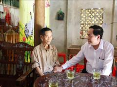 Chủ tịch UBTƯ MTTQ Việt Nam tặng quà gia đình chính sách