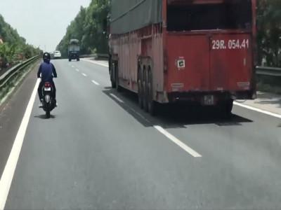 Nam thanh niên chạy Yamaha Exciter 150 vào cao tốc Pháp Vân - Cầu Giẽ khiến nhiều tài xế hoảng sợ