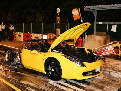 Siêu xe Ferrari 458 Italia hơn 10 tỷ đồng cháy rụi nửa thân xe vào lúc rạng sáng tại cao tốc ở Hong Kong